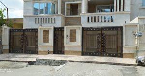 یک ساختمان و دو درب با جک بازویی
